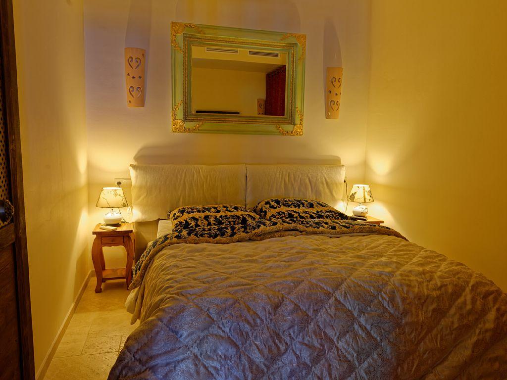 Das Schlafzimmer mit Klimaanlage und TV