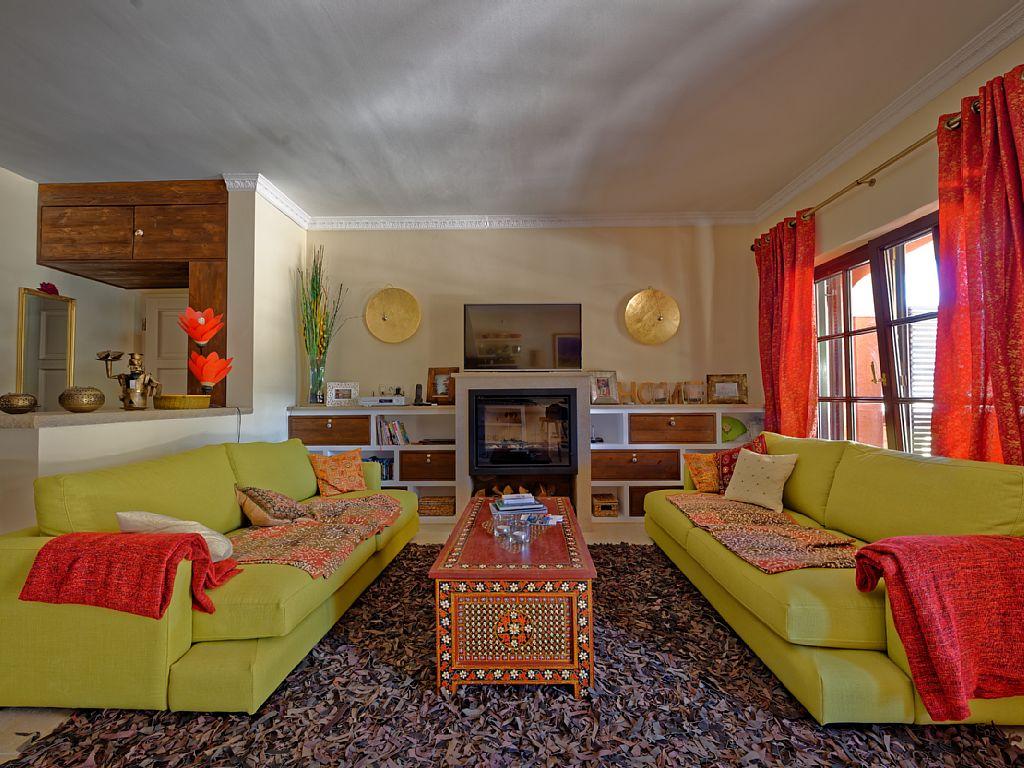 Ihr Wohnzimmer mit Fernseher, Musikanlage und Kamin